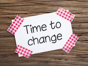 Klebestreifenzettel auf Holz TIME TO CHANGE